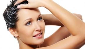 Kvinde der vasker hår